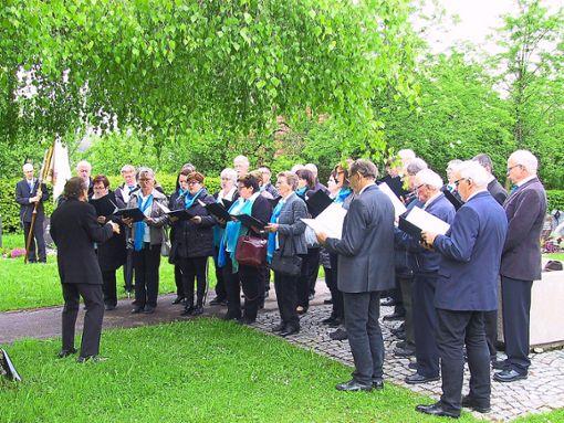 Auf dem Friedhof ist der verstorbenen Liederkranz-Mitglieder gedacht worden. Foto: Schwarzwälder Bote