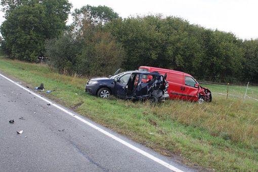 Zwei Autos landeten nach dem Unfall im Straßengraben. Foto: Bartler-Team