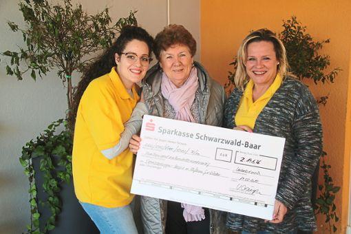 Vanessa Noce (von links), Veronika Ciampa und Maria Noce bei der Scheckübergabe.  Foto: Schimkat Foto: Schwarzwälder Bote