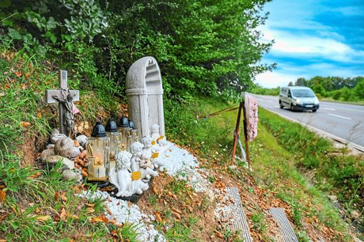 Ein Denkmal an der Unfallstelle erinnert an   die beim Müllwagen-Unfall getöteten fünf jungen Menschen.   Foto: Fritsch