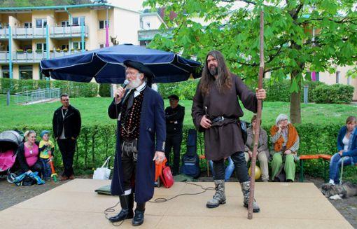 Michael Rehfeld als Riese Erkinger (rechts auf der Bühne) sowie Ernst Heeskens als Büttel haben wieder ihren Auftritt.   Archivfoto: Fisel Foto: Schwarzwälder Bote