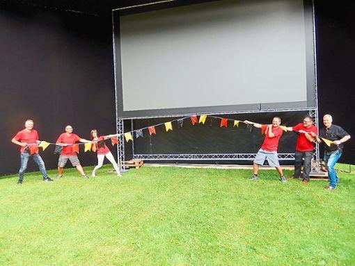 Fußball-Fans fiebern dem Public Viewing auf dem Waldfestplatz entgegen. Foto: Bidermann-Hoppart