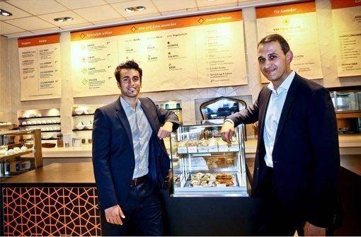 Kivanc Semen und Erkan Erkul,von links, in ihrem Testrestaurant in der Immenhofer Straße in Stuttgart. Am 27. September eröffnen sie ihre erste Filiale in der Calwer Straße. Foto: Peter Petsch