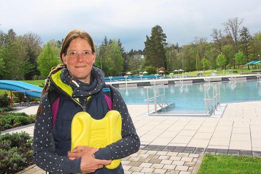 Katja Otto freut sich: Endlich ist wieder Freibadsaison. Das Wetter ist ihr dabei egal.   Foto: Heinig Foto: Schwarzwälder Bote