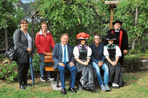 Eine noch namenlose Trachtenpuppe (Vierte von links) sitzt im Kurgarten der Bollenhutgemeinde.  Fotos: Weimer Foto: Schwarzwälder Bote