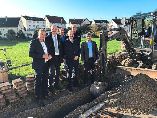 Bürgermeister Johannes Blepp (Dritter von rechts) besucht mit Vertretern des Landratsamtes und der Telekom eine Telekom-Baustelle in Herrenzimmern.   Foto: Kischkewitz Foto: Schwarzwälder-Bote