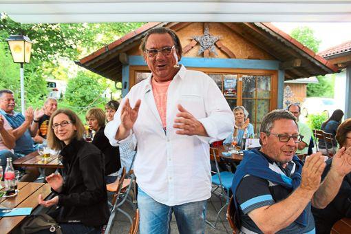 Schauspieler Holger Kugele hat sich  unter die Gäste in der Ölmühle gemischt und rezitiert  Späße von Heinz Erhardt.   Fotos: Dillmann Foto: Schwarzwälder Bote