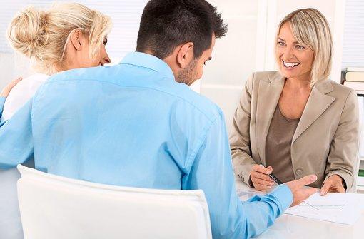 Die persönliche Beratung ist ein wichtiger Bestandteil der Ausbildung. Foto: shutterstock/Dietl