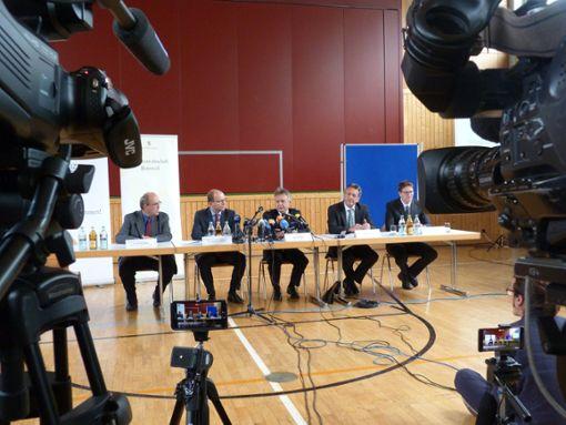 Pressekonferenz in Villingendorf wenige Tage nach der Tat. Der Dreifachmord sorgt deutschlandweit für großes Entsetzen.   Foto: Archiv/Otto