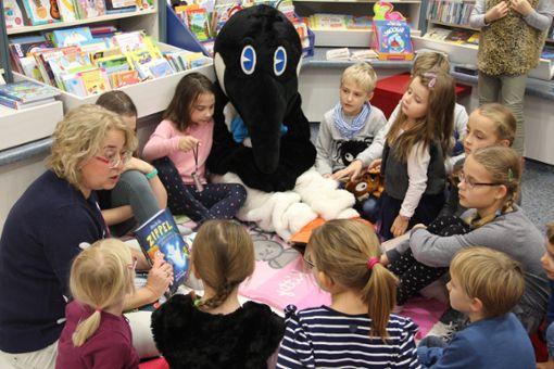 Die zweite Lesenacht des Schwarzwälder Kinderboten in der Buchhandlung Klein lockte wieder viele kleine Leseratten. Mittendrin Pinguin Paul vom Kinderboten. Foto: Schmidt
