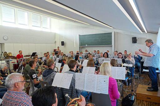 Die Stadtkapelle bei einer ihrer Proben mit Stadtmusikdirektor Siegfried Wollwinder-Schiller.  Foto: Renz Foto: Schwarzwälder Bote