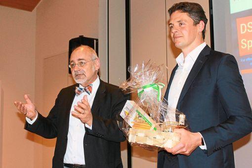 Seitens des HGH bedankte sich Martin Schwendemann (links) beim Referenten Manuel Bohé  für den Vortrag.  Foto: Störr