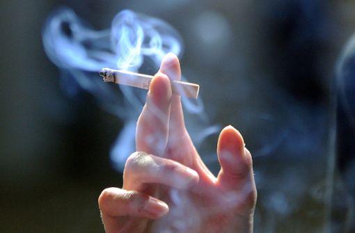 In Deutschland sterben laut der Fachstelle Sucht jedes Jahr bis zu 140.000 Menschen an den Folgen des Rauchens. (Symbolfoto) Foto: dpa