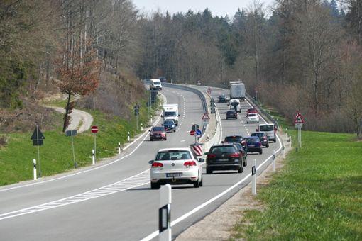 Viel befahren ist die B27 zwischen Rottweil und Balingen. Ab 6. Mai muss eine Fahrtrichtung erneut gesperrt werden, um den mangelhaft eingebrachten  Belag an der Neukircher Steige   auszutauschen.  Foto: Otto