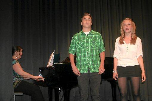 Klasse Auftritt von  Ilias Sidi-Yacoub und Anna Neuberger, begleitet von Eugenia Hagen.  Foto: Bächle Foto: Schwarzwälder-Bote