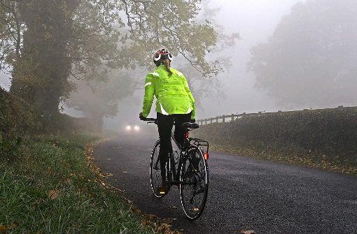 Schlechte Lichtverhältnisse und ein rutschiger Untergrund stellen  für Radfahrer im Winter ein Risiko dar. Viele trotzen dennoch dem Wetter und radeln das ganze Jahr über. Foto: masterfile/RF/DVAG