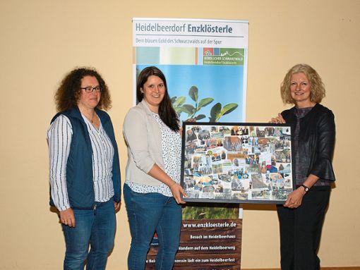 Abschiedsgeschenk für ihre scheidende Chefin Petra Nych (rechts): Eine Bild-Collage mit Motiven aus ihrer Dienstzeit, überreicht von Sarah Horn und Beate Pannach (links).  Foto: Ziegelbauer Foto: Schwarzwälder Bote