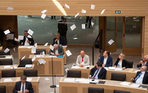 Gegen die Klimaaktivisten, die am 17. Juli im Landtag in Stuttgart Flugblätter von der Besuchertribüne in den Saal hinab geworfen und eine Plenarsitzung gestört haben, wird jetzt doch ermittelt.  Foto: (dpa)