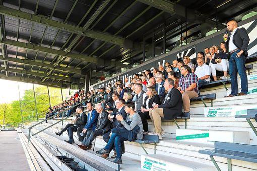 FC 08-Geschäftsführer Mario Ketterer erklärt den Gästen  den Ablauf der Trainingseinheit vor dem wichtigen Spiel am Samstag im Pokalfinale.  Foto: Niggemeier Foto: Schwarzwälder Bote