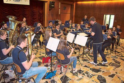 Die Bläserjugend Kinzigtal spielte das erste Jahreskonzert  unter der Leitung von Dirigent Sascha Jager.   Fotos: Beule Foto: Schwarzwälder Bote