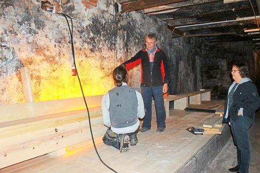 Werner Brucker und Marion Sokol besprechen sich in Sachen Bänke auf der Empore, wo die Besucher am kommenden Wochenende Platz nehmen werden  Foto: Störr Foto: Schwarzwälder Bote