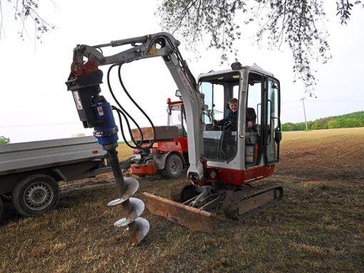 Mit dem Bagger bohren die Helfer die Löcher für das Fundament der Hütte.  Foto: privat Foto: Schwarzwälder Bote