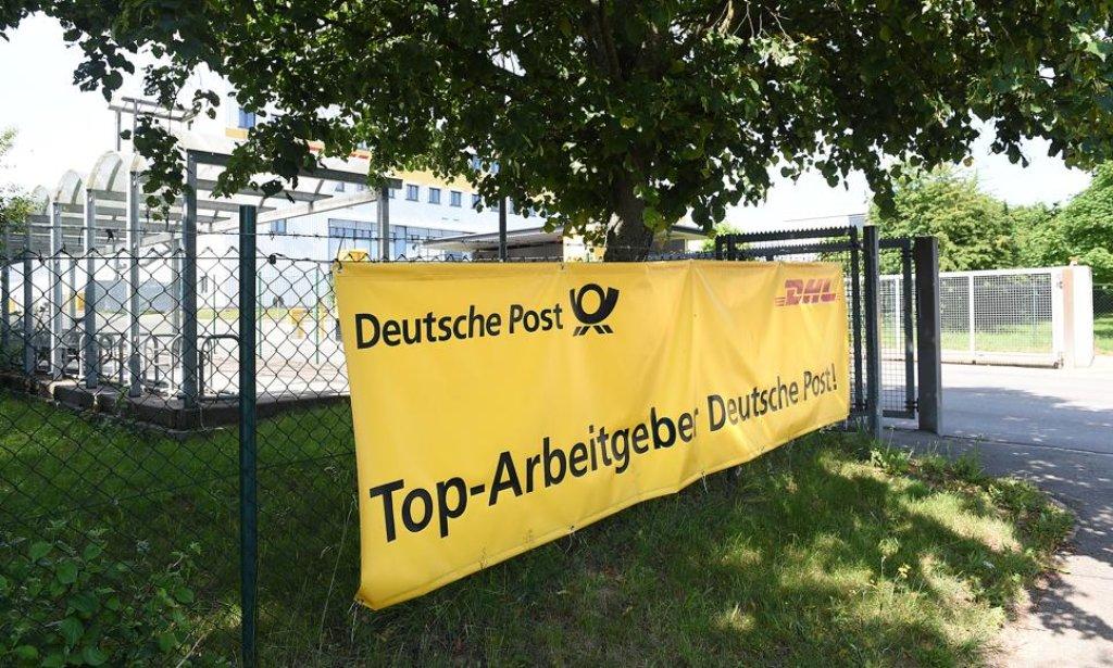 am eingang des frachtzentrums macht die deutsche post f r sich als arbeitgeber werbung. Black Bedroom Furniture Sets. Home Design Ideas