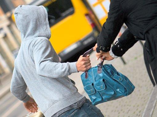 Einer jungen Frau wurde in Titisee-Neustadt Opfer einer Handtaschenräuberin. (Symbolbild) Foto: Burgi