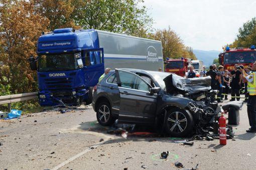 Bei einem schweren Frontalzusammenstoß auf der B 33 bei Haslach sind am Donnerstag zwei Menschen ums Leben gekommen. Foto: Kamera 24