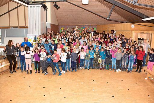 Die Empfinger Grundschüler freuen sich über die Auszeichnung für die guten sportlichen Leistungen.  Fotos: Baiker Foto: Schwarzwälder Bote