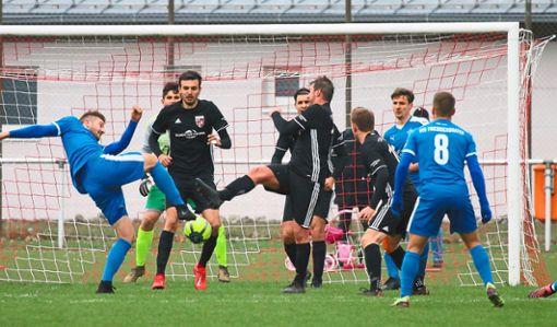 Selten war vor dem Straßberger Tor so viel Betrieb wie in dieser Szene. Dennoch siegte der VfB am Ende mit 2:0.  Foto: Kara