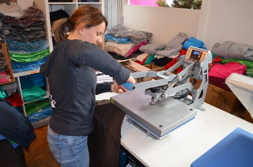An der Transferpresse bedruckt Bianca Dilger Shirts direkt im Laden. Foto: Seiss