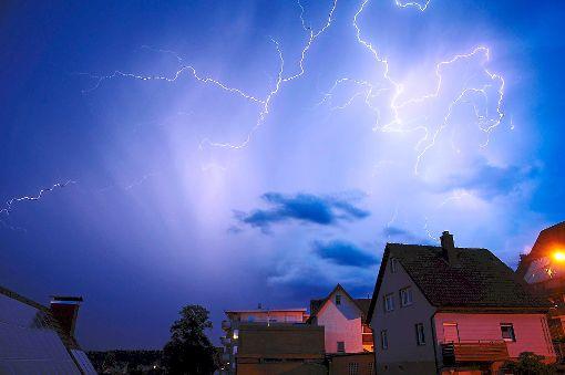 Dicke Hagelkörner und Regen kamen herunter – jedoch nur kurze Minuten. Auch der Strom fiel zwischenzeitlich kurz aus. (Symbolfoto) Foto: Sprich