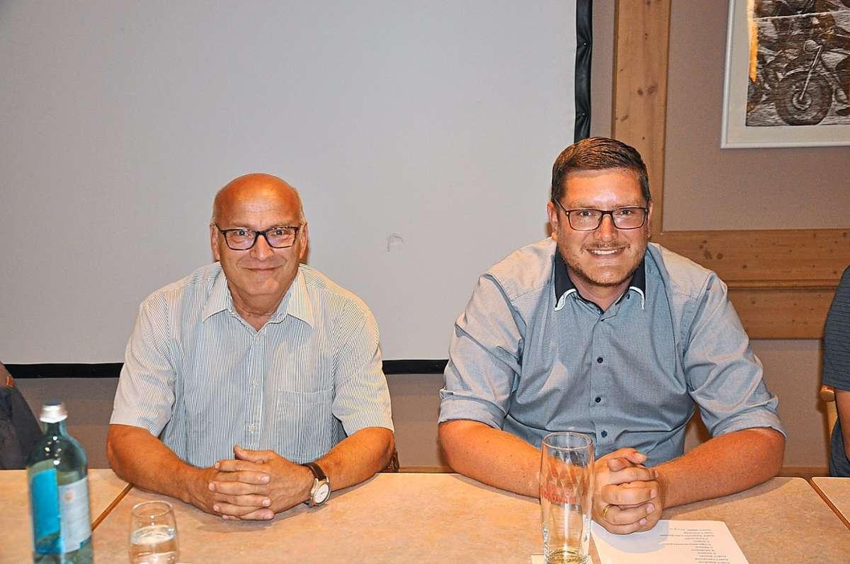 Thomas Grimm (links) gibt den Vorstandsstab an Manuel Traber (rechts) weiter. Foto: Reinhardt