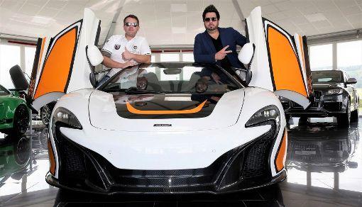 Die Kanz-Brüder posen mit einem McLaren.  Foto: privat Foto: Schwarzwälder-Bote