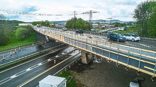 Verkehrsbehinderungen gibt es sowohl auf dem Weg über als auch auf der B27 unter der Brücke durch. Ab Mitte September bis Ende Oktober gibt es auf der Brücke am ehemaligen Fischerhof sogar eine Einbahnregelung. Foto: Wetzel