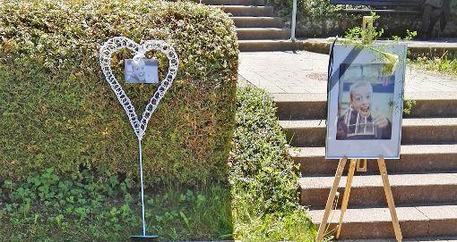 Erinnerung an  glückliche Zeit: Zum Gedenken an den Jungen waren an der Grabstätte Fotos von ihm  zu sehen. Foto: Privat