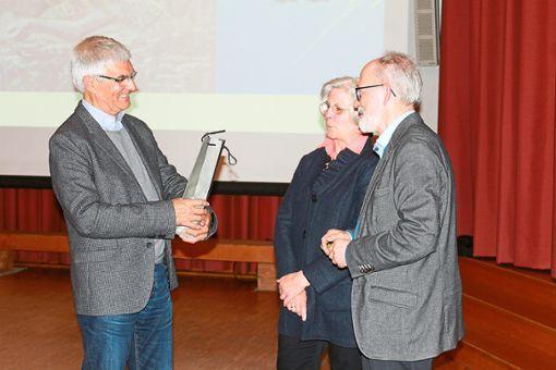 Renate und Willi Bröhl bedankten sich bei Werner Deigendesch (links).   Foto: Störr Foto: Schwarzwälder Bote